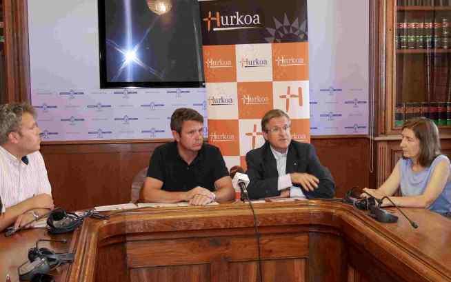 Responsables de Hurkoa y del Ayuntamiento de Irún en la firma del convenio