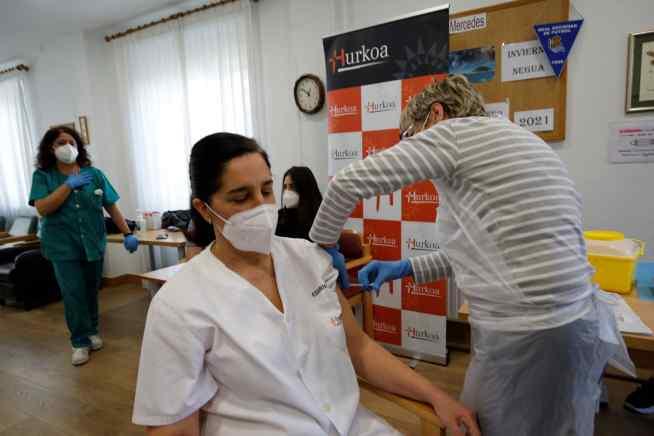 Una profesional de Hurkoa recibe la vacuna