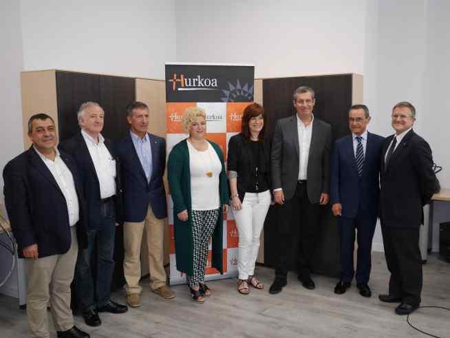 Autoridades y responsables de Hurkoa en la nueva sede