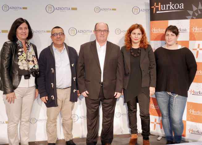 En la fotografía, responsables de Hurkoa y del ayuntamiento de  Azkoitia.
