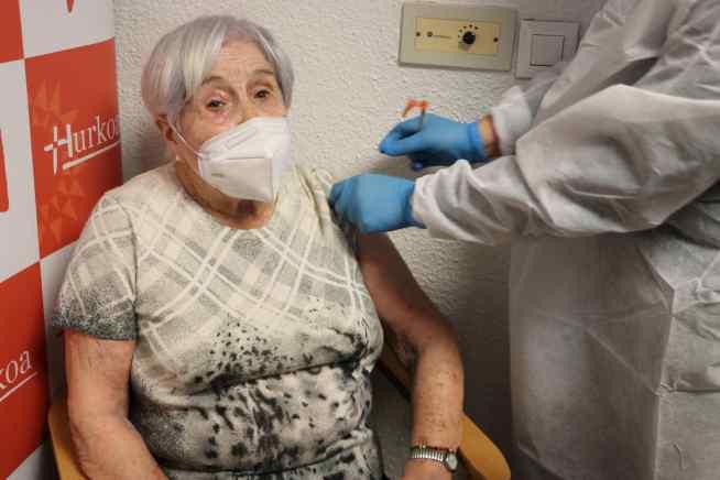 Loli Arrieta, en el momento de recibir la vacuna